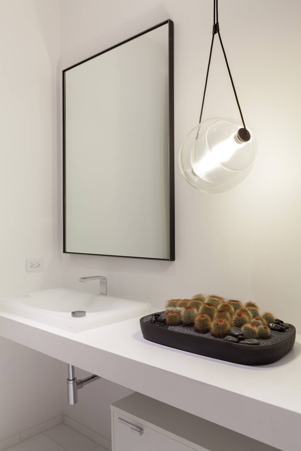 An ensuite bath to the sitting room, also designed by Matt MacDonald, beautifully showcases the Capsula LED Pendant by Brokis.